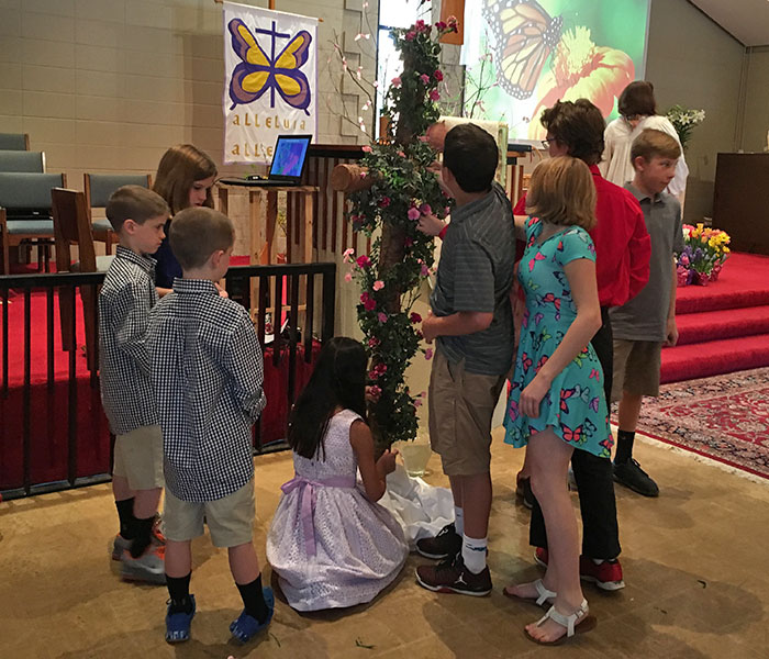 Easter: Youth decorate the cross 2017